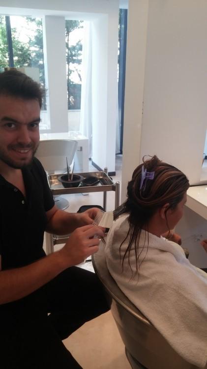 Ο Γιάννης τοποθετεί προσεκτικά την Morpho-Keratine της Kerastase στα μαλλιά μου, τα οποία συνέρχονται τόσο γρήγορα σαν να τους δίνει φιλί της ζωής!