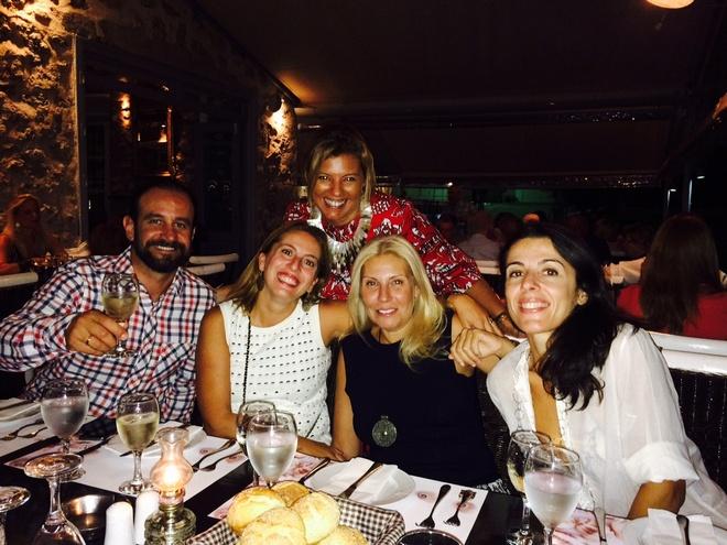 """Βράδυ Παρασκευής υποδεχόμαστε τους γονείς των καλεσμένων της Ελμίνας-οι οποίοι είναι ξεκάθαρα πλέον """"κολλητοί"""" μας- για welcome dinner στο Mourayo. Εκεί, που έχουν μείνει χαραγμένες οι περισσότερες αναμνήσεις του εφηβικού μας παράδεισου...Μιχάλης Δαλακούρας, Μαρίλη Φίλιου, Λίλιαν Βαρβιτσιώτη, Βίλλυ Δαλακούρα"""