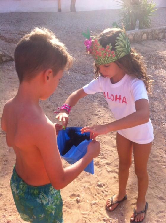 Τα παιδιά μαζεύουν αχινούς και τους προσφέρουν στην Ελμίνα...Δεν θα μπορούσαν όλα τα πάρτι να έχουν τέτοιες δραστηριότητες και τέτοια δώρα?...