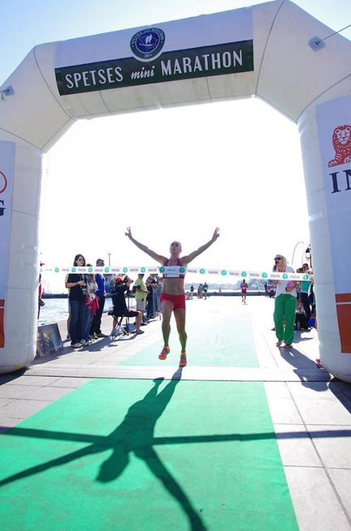 Το συγκλονιστικό στιγμιότυπο του τερματισμού της Ρόης Αποστολοπούλου, που βγήκε Πρώτη στα 5 χλμ!