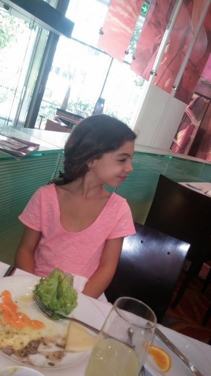 Η Ελμίνα δοκιμάζει μία βελουτέ σούπα από φακές και στο διπλανό τραπέζι συναντάει συμμαθητές!