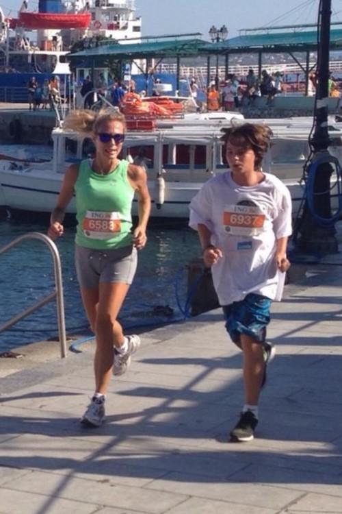 Ο Γιώργος Στεφανάκης τρέχει με την μητέρα του, Ντένη Βαχλιώτη
