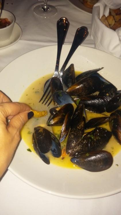 """Η """"παπάρα"""" με σπιτικές πατάτες στην σκορδάτη sauce από τα μύδια ναι, συνηθίζεται και στα """"καλά"""" εστιατόρια των βορείων προαστίων..."""