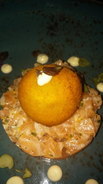Ταρτάρ από δύο είδη σολωμού -graviax και μαριναρισμένο-, συνοδευόμενο από αυγό σε κρούστα ψωμιού και sauce από γιαούρτι και wasabi. Έκπληξη!