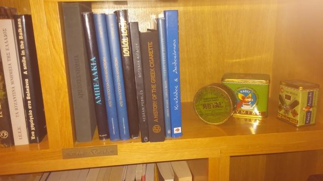 Στην βιβλιοθήκη του Αμαρυλλίς, ανάμεσα στις όμορφες εκδόσεις υπάρχει χαραγένο το όνομα φανατικής πελάτισσας...