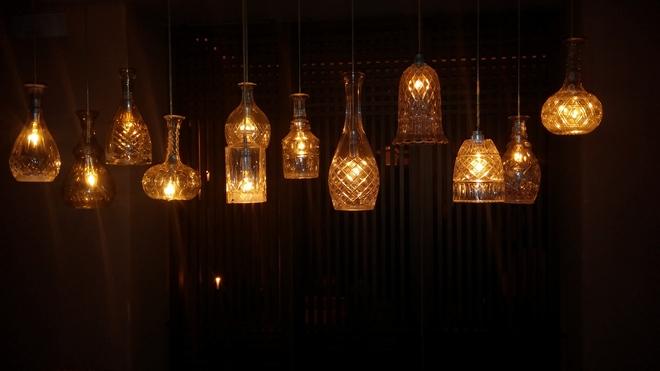 Ανάμεσα στα custom-made έπιπλα, τα ζεστά υφάσματα, τα συλλεκτικά χαλιά από την πόλη Βakù και τα ιδιαίτερα κρυστάλλινα φωτιστικά...