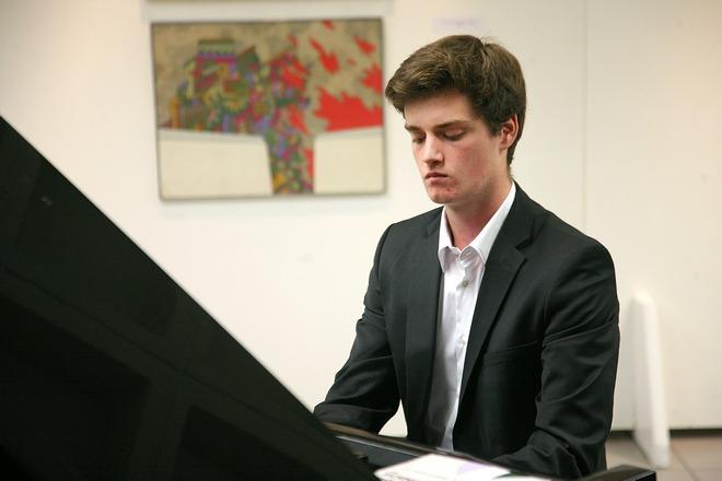Ο εγγονός του Ακριθάκη που φέρει και το όνομα του, έπαιξε πιάνο μαγεύοντας το κοινό, εφόσων είναι ο ίδιος συνθέτης κλασικής μουσικής