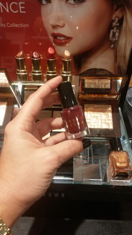 Και επιλέγω το νέο χρώμα για τα νύχια, το μπορντό του κρασιού...