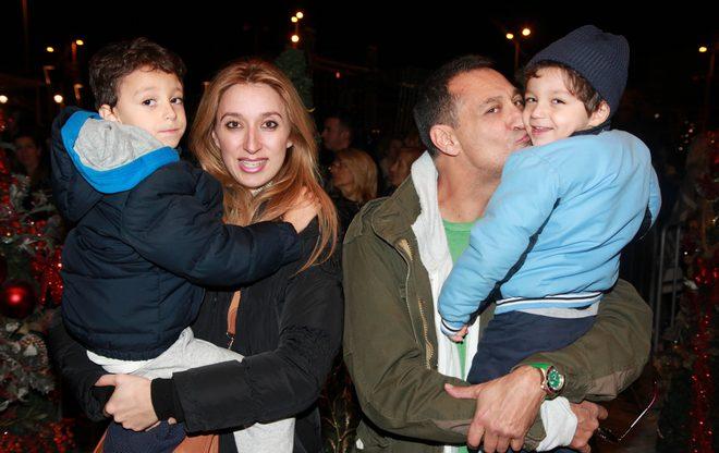 Ο Γιώργος και η Έλενα Ντάβλα με τα παιδιά τους, Κωνσταντίνο και Φίλιππο
