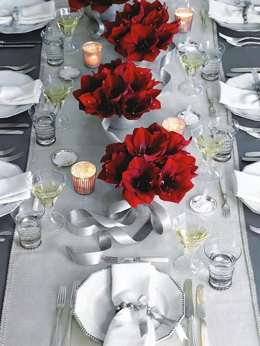 Το απλό, λιτό τραπέζι μεταμορφώνεται ολοκληρωτικά μέσα από τις συνθέσεις με τις κομψές Poinsettia! Δεν χρειάζονται πολλά για να δημιουργήσουμε το απόλυτα Χριστουγεννιάτικο σκηνικό...