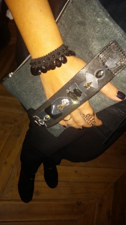 """Aged"" leather clutch της Mimika Ciboyianni, που συνδυάζω με το Antonia Karra-Makios bracelet και το δαχτυλίδι της Vanile on the Rock"
