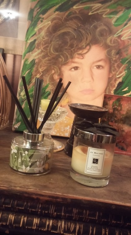 Tα αρώματα της  Jo Malone μαζί με την πρωσοπογραφία της Ελμίνας με την υπογραφή της Μάρας Καρέτσου