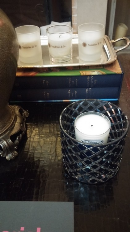Tα κεριά φιλοξενούνται μέσα σε κρυστάλινα βάζα...So bohemian...