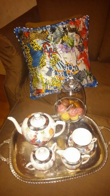 Πετιμένω τις φίλες μου με αρωματικό τσάι που το σερβίρω δίπλα στα μαξηλάρια του Christian Lacroix από το αγαπημένο μου κατάστημα Sylloges...