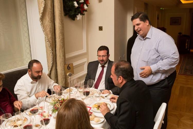 Ο Πάνος Δεληγιάννης ξεναγεί την παρέα μας στα πιάτα του σημερινού δείπνου...