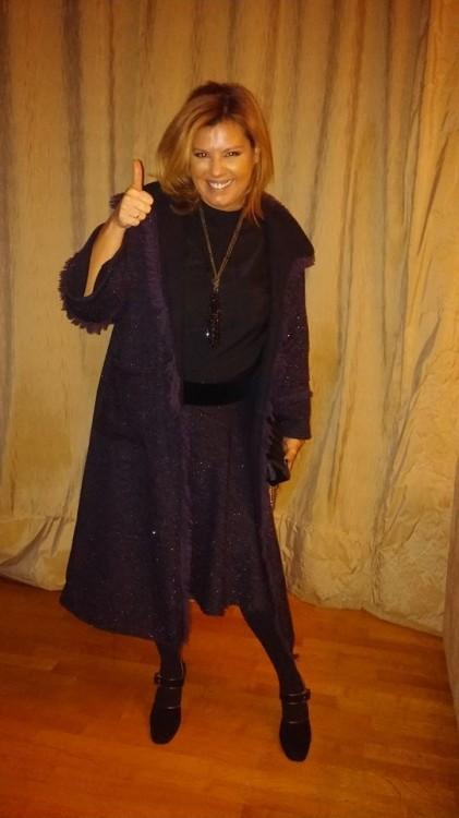 Τουίντ μαντό και φούστα με βελούδινη ζώνη, που συνδυάζω με μπλούζα με μεγάλα μανίκια. Και τα τρία κομμάτια είναι της Velvet Collection