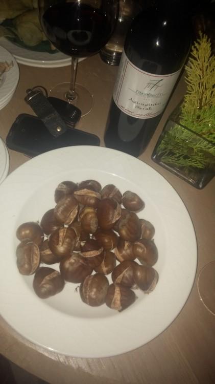 Κόκκινο κρασί και κάστανα στο τζάκι...