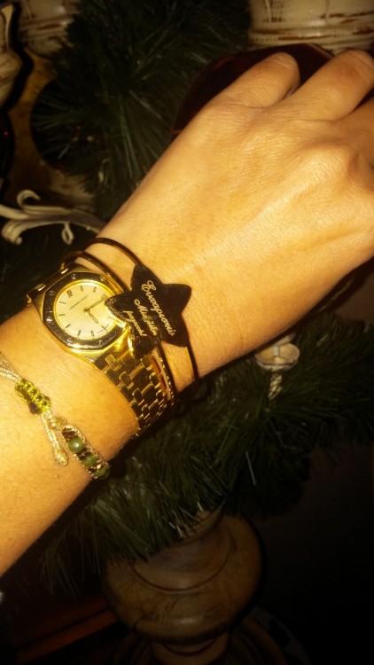 Ένα bracelet αστέρι, που πάνω του είναι χαραγμένο ένα μήνυμα: Ευχαριστώ, μία λέξη μαγική!...