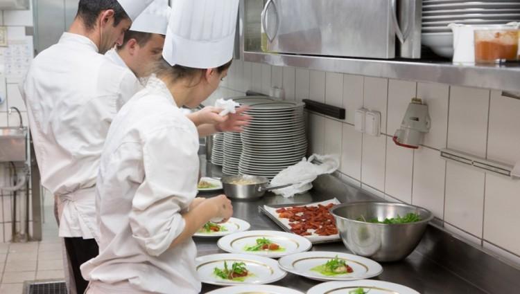 Την ίδια ώρα στην κουζίνα επικρατεί οργασμός ετοιμασιών του δείπνου....