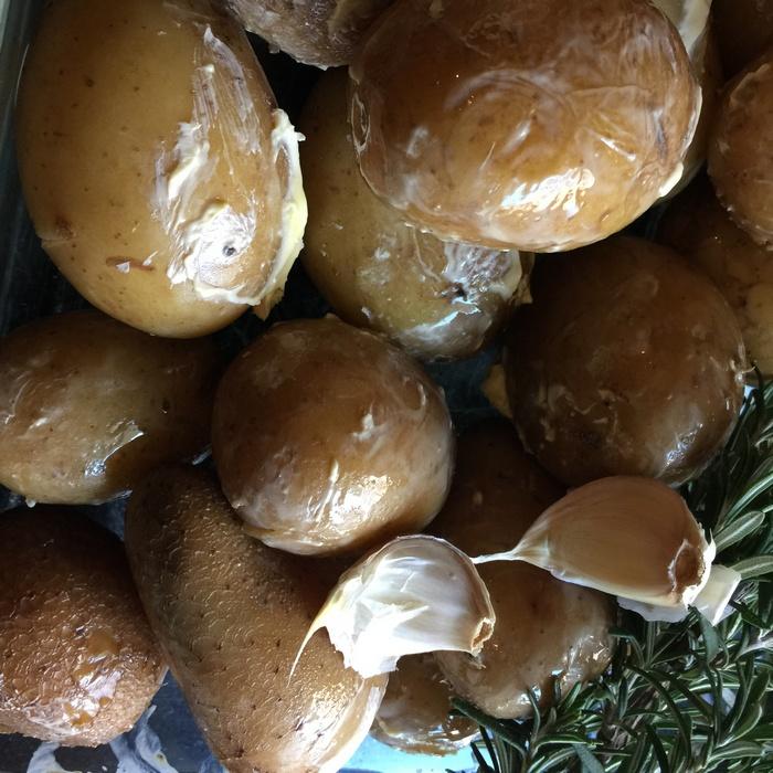 Ετοιμάζω τις πατάτες. Τις βράζω, προσθέτω σκόρδο και δεντρολίβανο. Και μετά τις ψήνω...