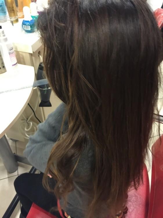 Χαζεύει τα μακριά της μαλλιά για τελευταία φορά στον καθρέφτη...