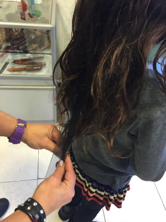 Η διαδικασία: αρχικά λούζετε και χτενίζετε καλά τα μαλλιά. Πιάνετε πολύ καλά την βάση της κοτσίδας που θα δέσετε με ένα λαστιχάκι. Όπως είναι λυτά τα μαλλιά σας μετράτε για να σιγουρευτείτε πως είναι τουλάχιστον το μεγαλύτερο μέρος των μαλλιών 20 εκατοστά. Αργότερα μπορείτε είτε να δέσετε τα μαλλιά σας στην άκρη είτε να πλέξετε κοτσίδα. Κόβετε τα μαλλιά από την βάση και η διαδικασία κοπής ολοκληρώθηκε.