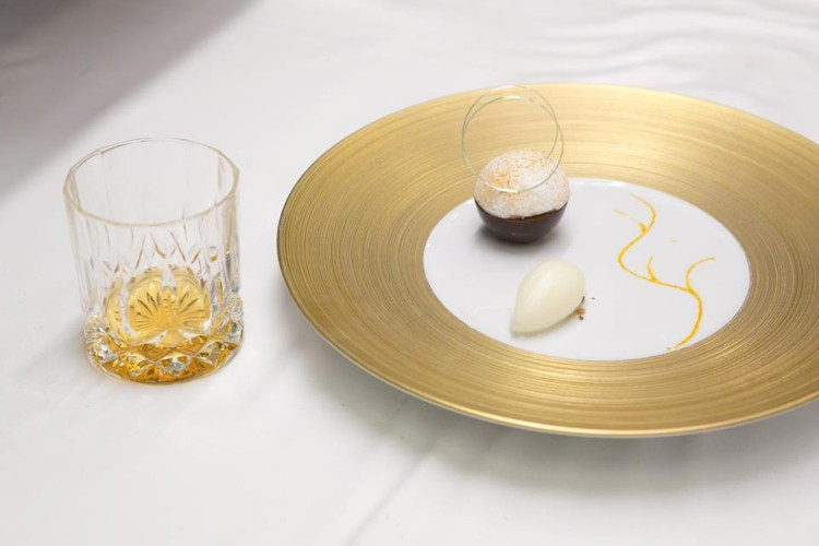 Η βραδιά έκλεισε με μια «μπάλα» από σοκολάτα Manjari με πραλίνα λεμόνι και σορμπέ από λάιμ Αυστραλίας που συνοδεύτηκε με σκέτο Cardhu Amber Rock...