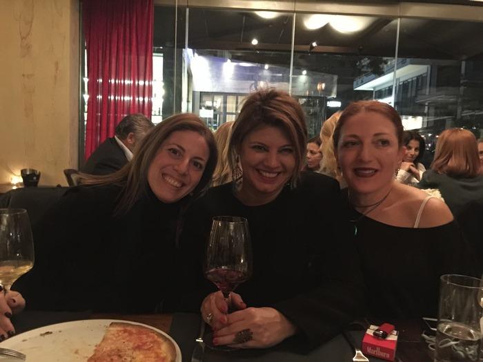 Με τις δύο Μαρίλες μου! Με την Μαρίλυ Καλαβρού και την Μαρίλυ Γιαννακού, φοράμε όλες τα See You Klio μας και εξιστορούμε η μία στην άλλη ιστορίες από προσωπικές μας εμπειρίες στον παράδεισο του Divani Apollon Palace & Thalasso. Μπροστά μας, έχουμε από ένα υπέροχο κομμάti pizza και από ένα ποτήρι Barolo...