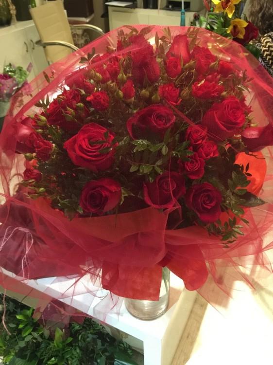 ...Και θέλει...Τριαντάφυλλα! Κόκκινα!!!