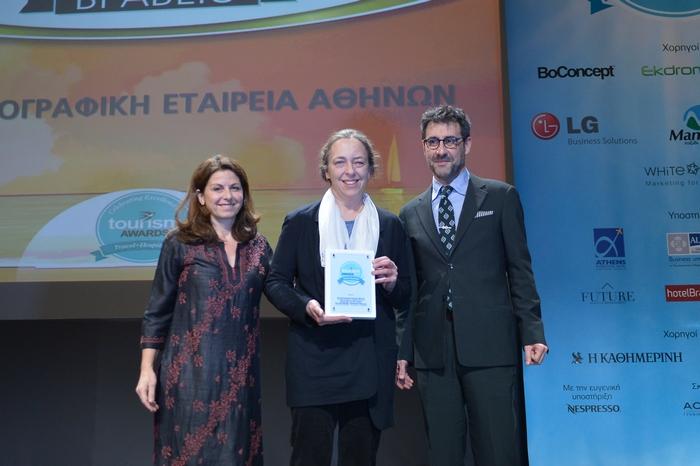 """Η Μάγια Τσόκλη απονέμει το Χρυσό Βραβείο στην κατηγορία «Πολιτιστικός Τουρισμός» στη Μαρία Μπόμπολα και τον Ορέστη Ανδρεαδάκη για το """"Athens Open Air Film Festival"""""""