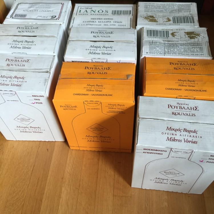 Δύο ημέρες πριν το δείπνο, το Winery Άγγελου Ρούβαλη μου στέλνει τις κούτες με τα κρασιά, ώστε να έχω όλο τον χρόνο για τη σωστή τους θερμοκρασία...