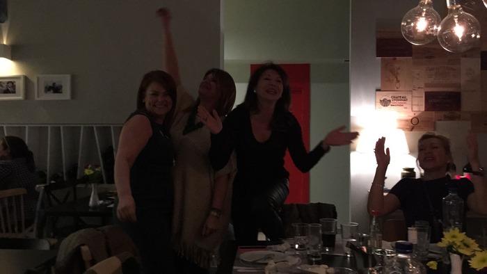 Τελειώνουμε το δείπνο μας καθ΄όλη τη διάρκεια του οποίου ακούμε όμορφες επιλογές της Ελληνικής μουσικής, η μουσική τώρα δυναμώνει, ακούμε Αντώνη Ρέμο και το κέφι ξεκινά...