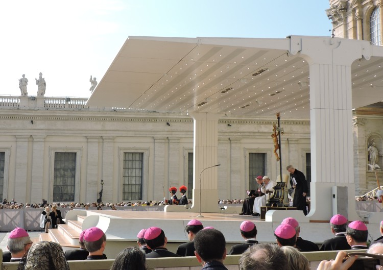 Φωτογραφικό στιγμιότυπο από την Τελετή Γενικής Ακρόασης . Η κυρία Βαρδινογιάννη, προσκεκλημένη του Πάπα Φραγκίσκου, την παρακολουθεί από την πιο τιμητική θέση στο χώρο των επισήμων , δεξιά του.