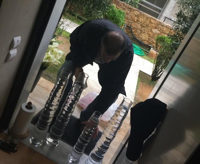 Ο Γιώργος Κουτσουράδης επιμελείται τα βάζα και τα λουλούδια πριν μπουν στο σπίτι...
