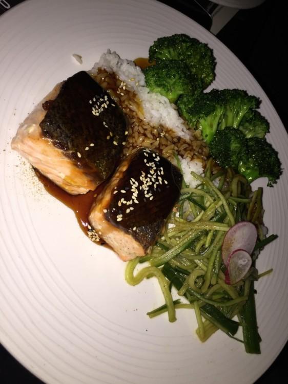 O ψητός Σολομός με σάλτσα teriyaki, ρύζι ατμού και μπρόκολο του Gaspar, είναι το απόλυτο talk of the town...