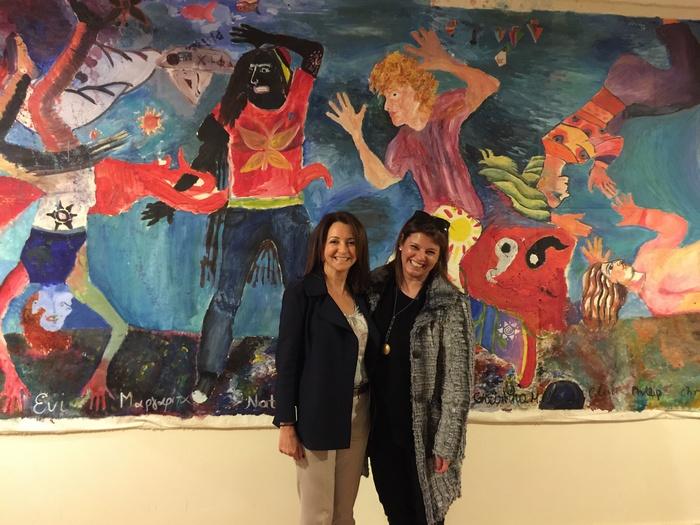 """Με την Πρόεδρο του MDA Ελλάς, μπροστά στο Έργο """"The Party"""", ένα έργο των παιδιών του Σωματείου, υπό την επίβλεψη του ζωγράφου Παύλου Σάμιου..."""
