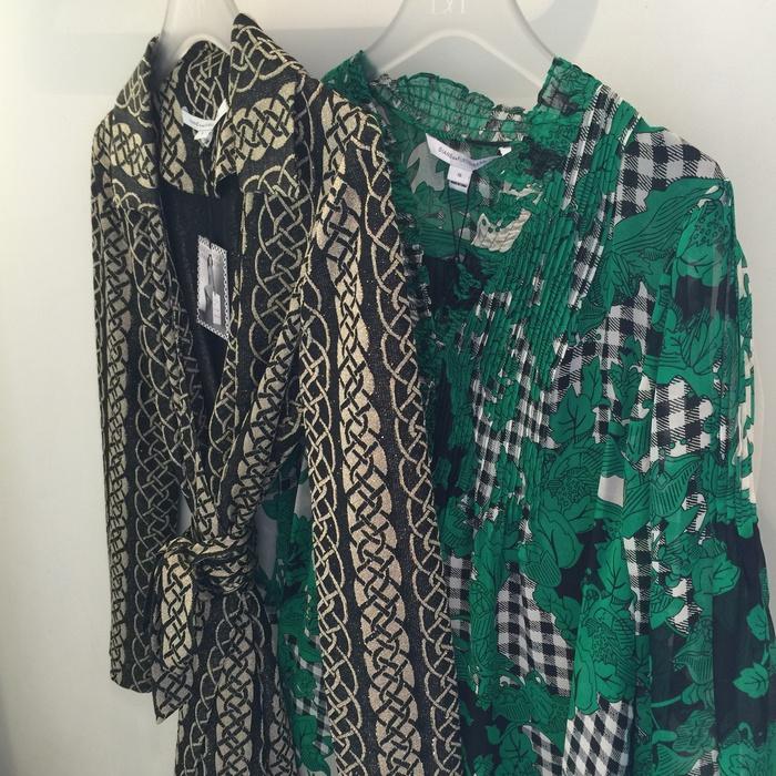 Βρίσκομαι στην boutique της DVF και ο τελικός στόχος είναι ένα από τα θριλικά Wrap Dresses της. Το πρώτο, ολομέταξο με ενθουσιάζει...Όμως, φλερτάρω έντονα και με το πράσινο little dress της Συλλογής Riviera...
