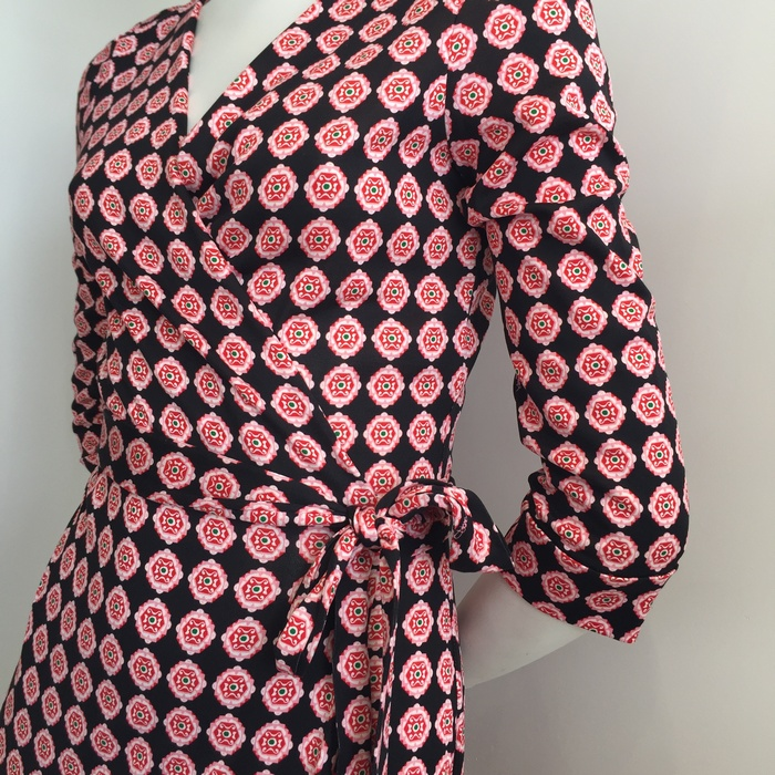Love at first sight!!!! Το απόλυτο wrap dress! Το pattern του με ενθουσιάζει -μέσα στο πνεύμα της βραδιάς- το μήκος του είναι ιδανικό για τον ρόλο της οικοδέσποινας, ενώ το ντεκολτέ του θα αναδείξει το δικό μου...