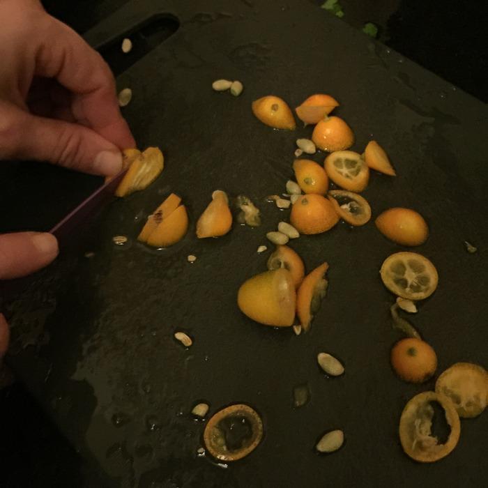 Την ίδια ώρα στη κουζίνα επικρατεί δημιουργικός οργασμός προετοιμασιών...