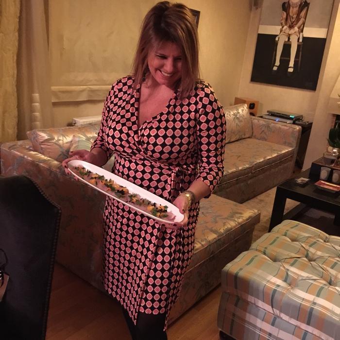 Η οικοδέσποινα οφείλει να κάνει χιλιάδες κινήσεις ταυτόχρονα, οπότε η επιλογή του Wrap Dress είναι η πιο σοφή. Και σίγουρα, η πιο cool και κομψή...