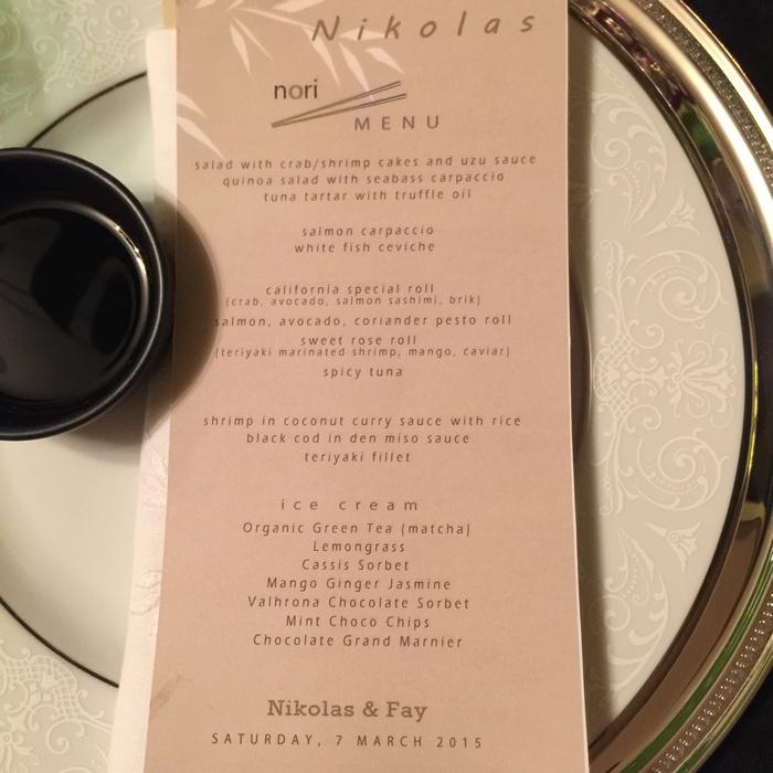 Τοποθετώ το menu στα πιάτα των καλεσμένων, τα οποία εκτελούν και χρήση place cards...