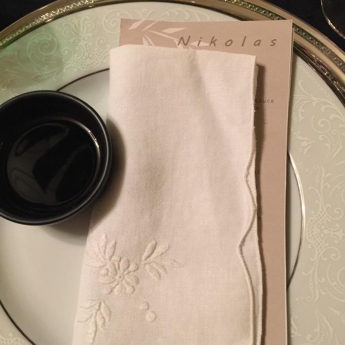 Τοποθετώ τις δύο καρτέλες μέσα στην πετσέτα και αφήνω να φαίνεται μόνο το όνομα του καλεσμένου ώστε να ξέρει που να κάτσει...