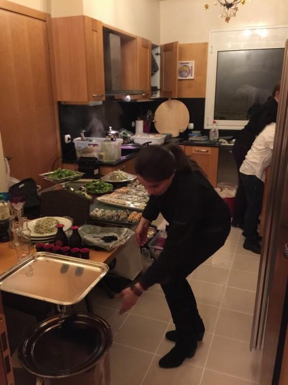 Την ίδια ώρα στην κουζίνα, η Τίνα...