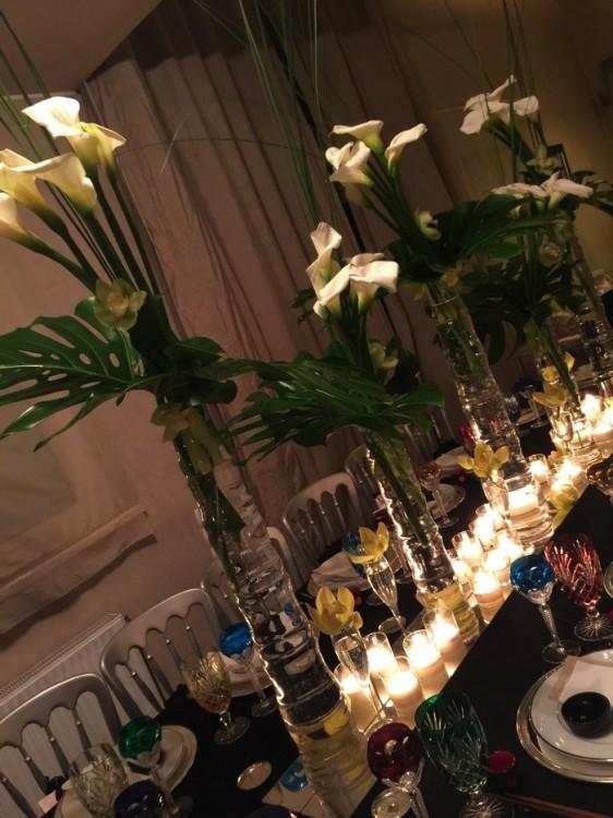 Πρωταγωνιστές, οι συνθέσεις των λουλουδιών που φωτίζονται από τα δεκάδες κεριά...