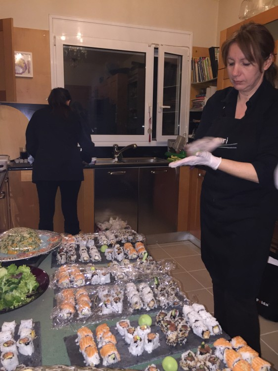 Τα rείναι έτοιμα, η Λουκία τυλίγει όσο η Τίνα ξεκινάει τη διαδικασία για το Shrimp in coconut curry sauce και το ρύζι...