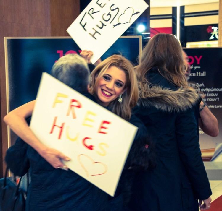 Free Hugs In the Hall από την Pet expert του JOY, Τζένη Θεωνά.