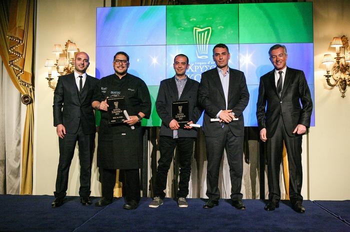 Ο Πρόεδρος του ΣΕΤΕ Ανδρέας Ανδρεάδης απένειμε τα βραβεία στα εστιατόρια της Μυκόνου που βραβεύτηκαν με 15,5/20 και ένα Χρυσό Σκούφο. Από αριστερά: Θεοδόσης Κακούτης και ο σεφ Αθηναγόρας Κωστάκος (Bill & Coo), ο σεφ Τόνι Βρατσάνος και ο Τάσος Ιωαννίδης (Matsuhisa Mykonos)