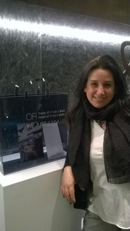 Η Αντουανέτα Κουτσουράδη, μπροστά στην plexy glass tote bag της