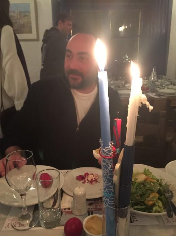Το εστιατόριο του Ορλώφ φωτίζεται από τις λαμπάδες μας...