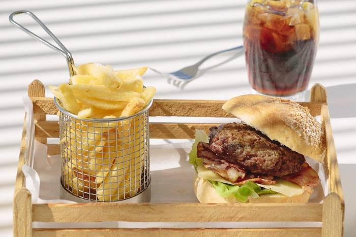 """Δεν είναι """"breakfast"""", δεν είναι """"lunch"""", είναι το πιο συγκλονιστικό burger που σερβίρεται στο """"brunch"""", στο La Venarnta του Ποσειδωνίου, το απόλυτο meeting point μεταξύ 12-16.00' ..."""